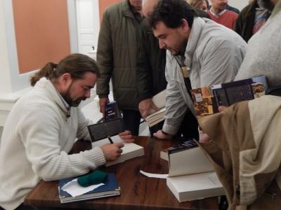 Mihai Gotiu dand autografe