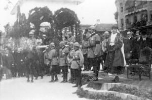 Regele Ferdinand si Regina Maria, in fata Vulturului Negru din Oradea, la 1919