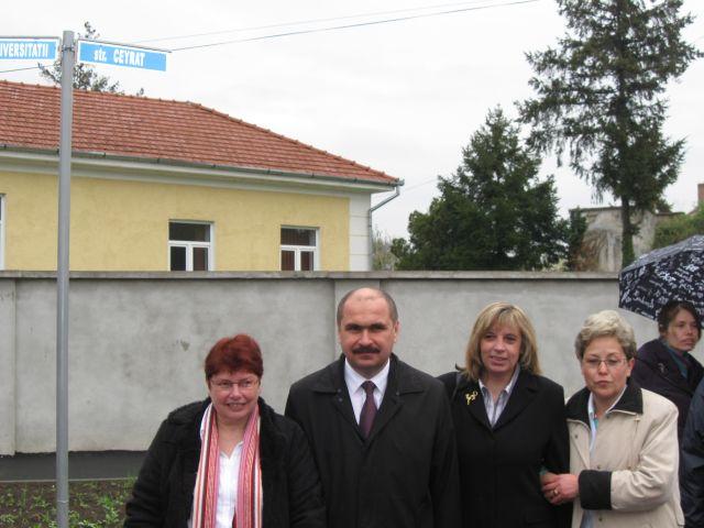 Ilie Bolojan s-a pozat cu oaspetii din Ceyrat, langa indicatorul cu strada Ceyrat