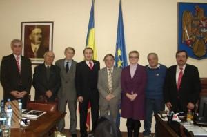 Claudia Timofte, singura femeie ce-a răzbit între şapte bărbaţi, cu ocazia vizitei la Prefectura Bihor a academicianului Nicolae Dabija, adus de Vatra Românească.
