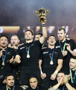 epa05005166 New Zealand captain Richie McCaw (L) and Dan Carter (2-R) with the Webb Ellis trophy after beating Australia in the Rugby World Cup 2015 final at Twickenham in London, Britain, 31 October 2015. EPA/ANDY RAIN EDITORIAL USE ONLY / NO COMMERCIAL SALES / NOT USED IN ASSOCIATION WITH ANY COMMERCIAL ENTITY