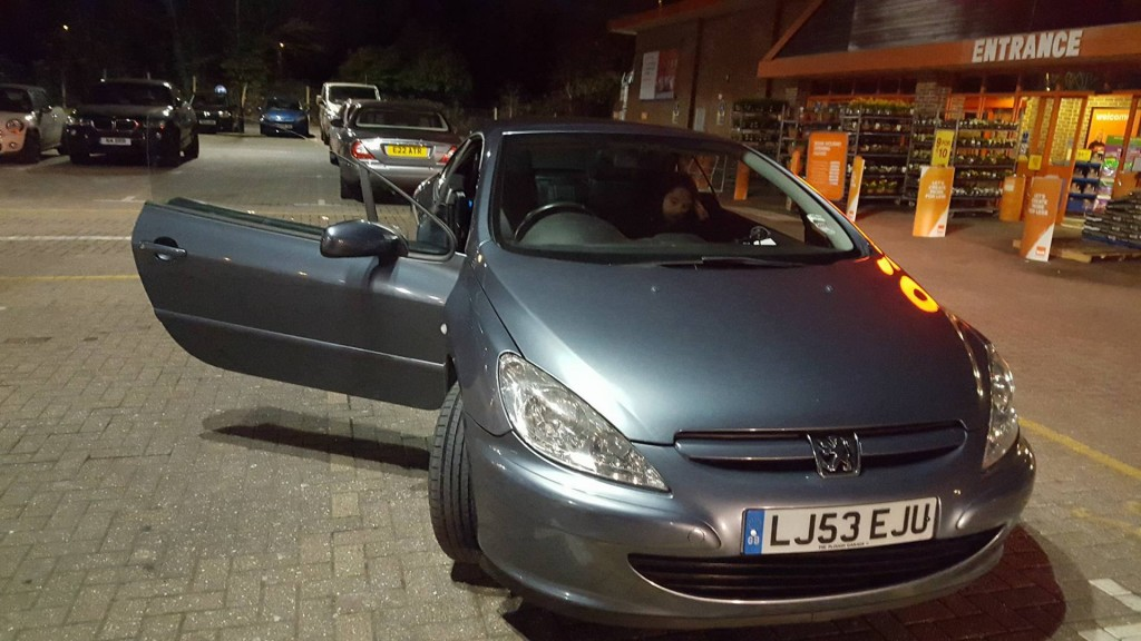 Masina pe care Florin Bogdan o conduce in Marea Britanie - un Peugeot