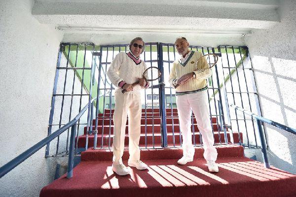 Ilie Năstase şi Ion Ţiriac şi-au făcut o ultimă poză, cât se poate de tristă, în faţa porţilor închise ale Arenei Centrale de la baza BNR