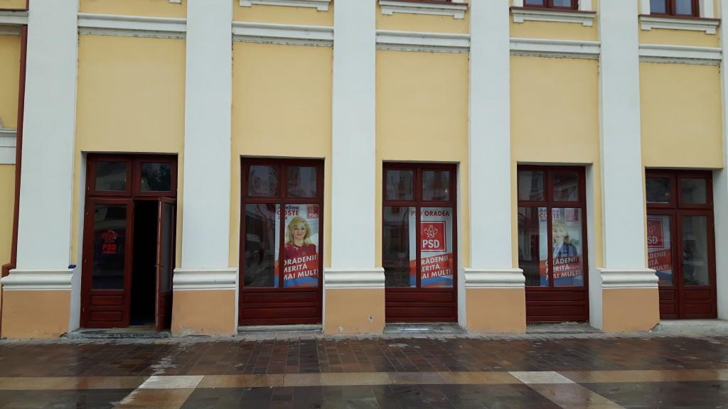 Sediul PSD Oradea din Piata Unirii, garnisit cu afisele Adelinei Coste