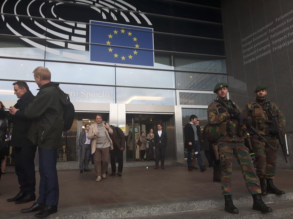 Soldaţi pe scările Parlamentului European