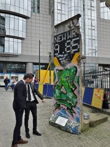 O bucată din Zidul Berlinului în curtea Parlamentului European