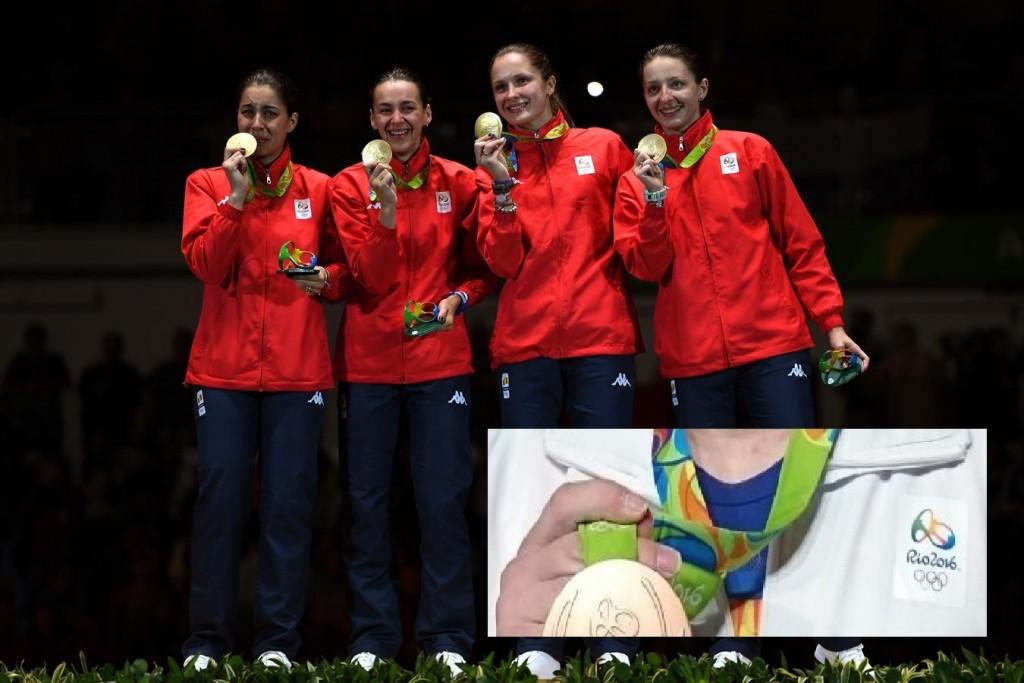 Rio 2016 - Olimpicii români medaliaţi cu aur sunt nevoiţi să îmbrace un trening contrafăcut, iar la piept, în loc de emblema României apare logo-ul JO de la Rio! O ghiduşie marca incompetenţilor de la COSR!
