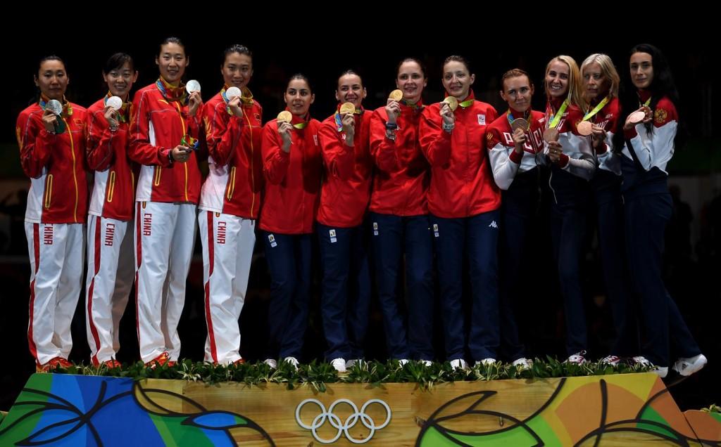 Rio 2016 - România ia aur pe echipe la spadă. Pe podium, campioanele noastre poartă un trening fake, fără identitate naţională, aspect evidenţiat de echipamentele vecinelor de podium