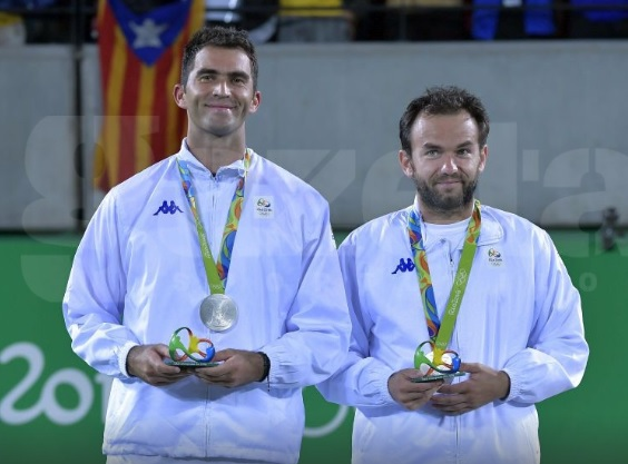 Rio 2016 - Medaliaţi cu argint, Tecău şi Mergea sunt nevoiţi să îmbrace treningul primit de la COSR, purtând la piept aceeaşi siglă Rio, ce înlocuieşte emblema României!