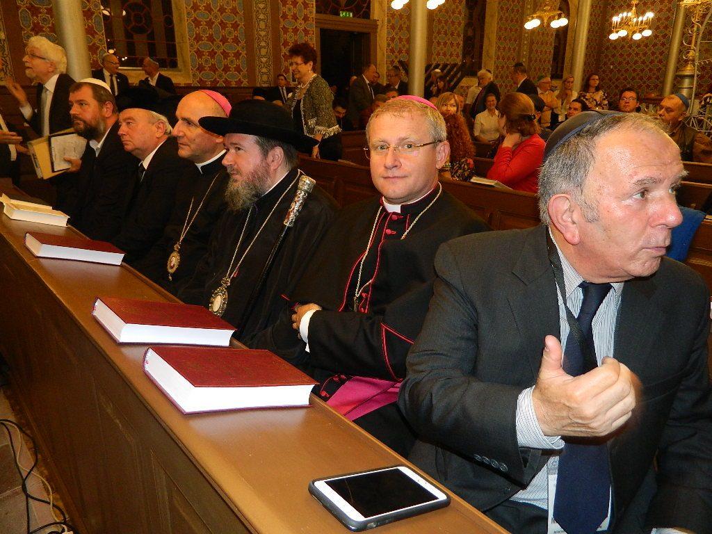 Episcopii catolic, ortodox, unit cu Roma si reformat, in prima strana a sinagogii, alaturi de gazdele evreieşti