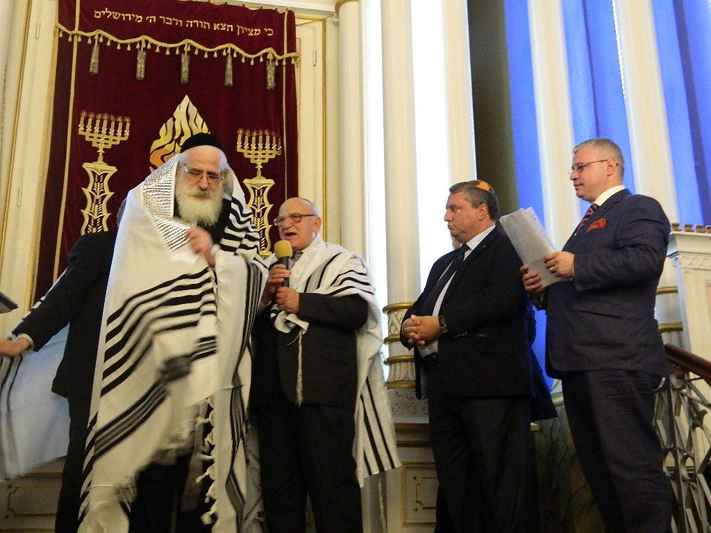 Prim rabinul Shaffer a primit tallit-ul, şalul de rugăciune, de la marele rabin Mecochem Hacohen