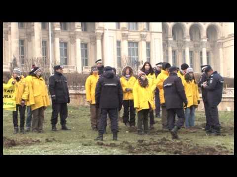Greenpeace sapa dupa aur in curtea Casei Poporului!